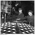 Bundesarchiv Bild 183-09168-0001, Industriearbeiter Rohrböden ausstechend.jpg