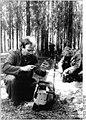 Bundesarchiv Bild 183-1988-0519-002, Güstrow, Forstarbeiter, Wartung der Motorsägen.jpg
