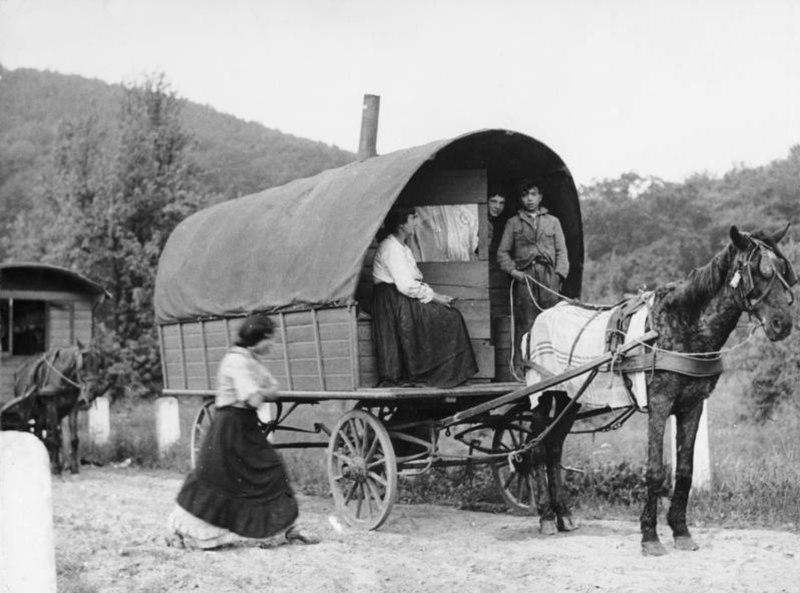 Bundesarchiv Bild 183-J0525-0500-003, Rheinland, Sinti und Roma mit Wohnwagen auf Landstra%C3%9Fe