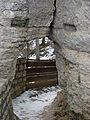 Burgruine Reußenstein - Felsenpforte; der einzige Zugang zur Kernburg, dahinter die ehemalige Zugbrücke (7574097334).jpg