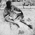 COLLECTIE TROPENMUSEUM Een Samo man tijdens het uitvoeren van het regenritueel TMnr 20010325.jpg