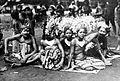 COLLECTIE TROPENMUSEUM Een groep Balinese dansers en danseressen TMnr 10004680.jpg
