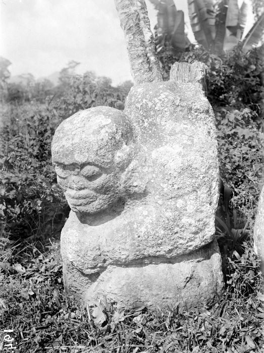 COLLECTIE TROPENMUSEUM Megalitisch beeld bij Tegoerwangi TMnr 10025807