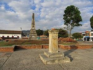 Facatativá - Image: Calle Facatativá obelisco monumento