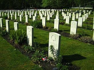 Holten - Image: Canadese begraafplaats Holterberg mei 2008