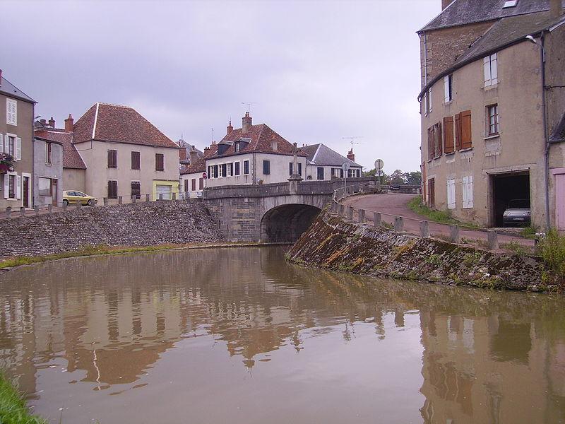 Le canal du Nivernais, à Châtillon-en-Bazois (France)