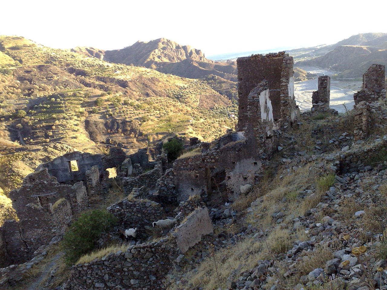 Castello Ruffo di Amendolea - Province of Reggio Calabria, Italy - Sept. 2008 - (2).jpg