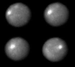 Imagens do Telescópio espacial Hubble de 2003-2004 com uma resolução de cerca de 30 km. A natureza do ponto brilhante é desconhecida.