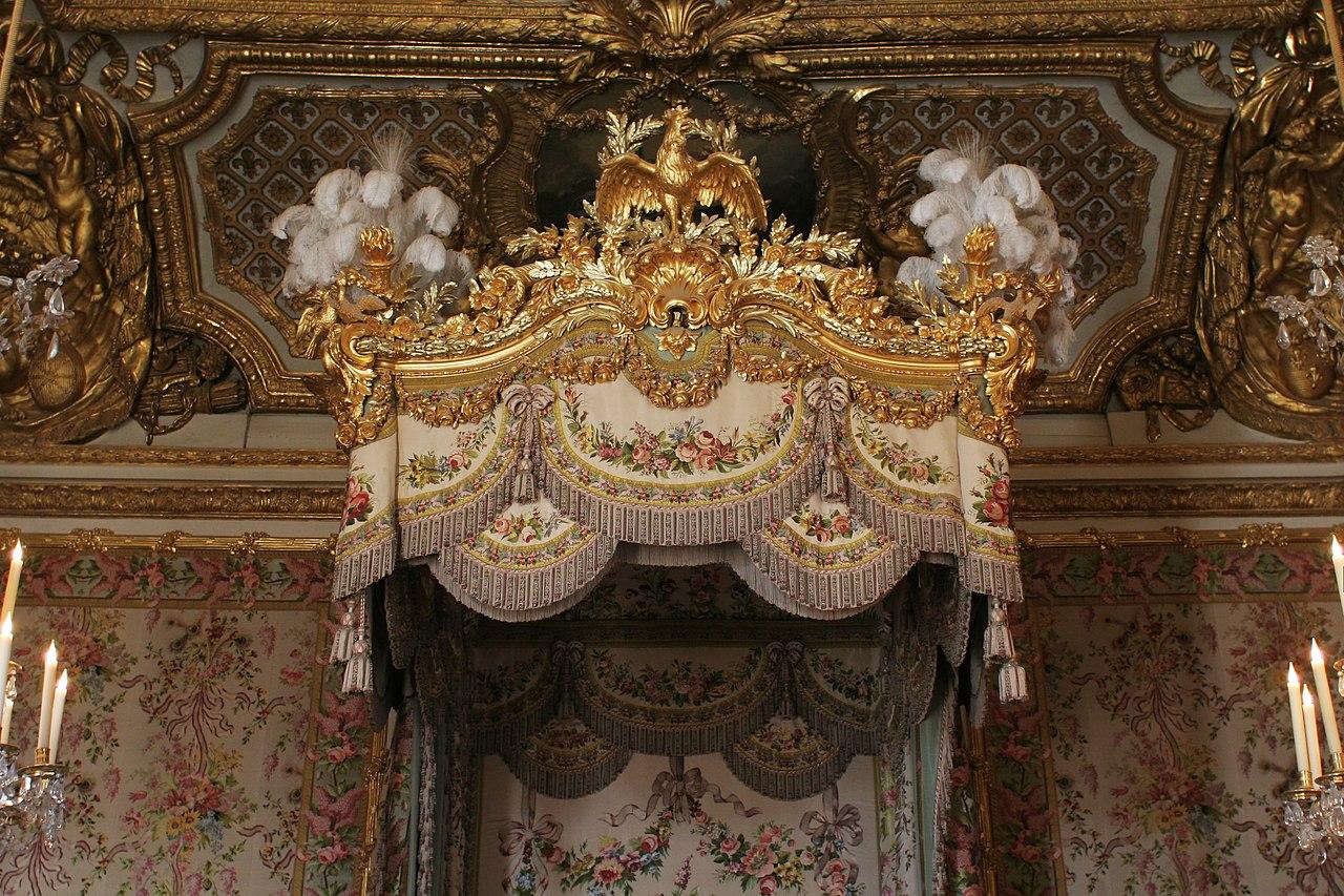 File ch teau de versailles chambre de la reine lit 03 for Chambre chateau