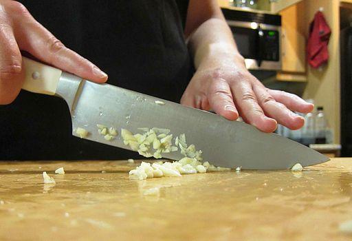 Chopping garlic-01