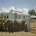 Collectie Nationaal Museum van Wereldculturen TM-20029534 Arubaanse woning met indiaanse versieringen en tortodak Aruba Boy Lawson (Fotograaf).jpg