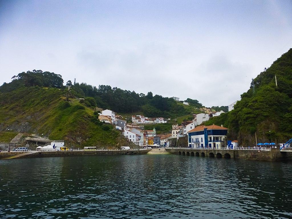 Conjunto Histórico de Cudillero, vista desde la bahía.jpg