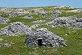 Cumuli di pietra con il rifugio - panoramio.jpg