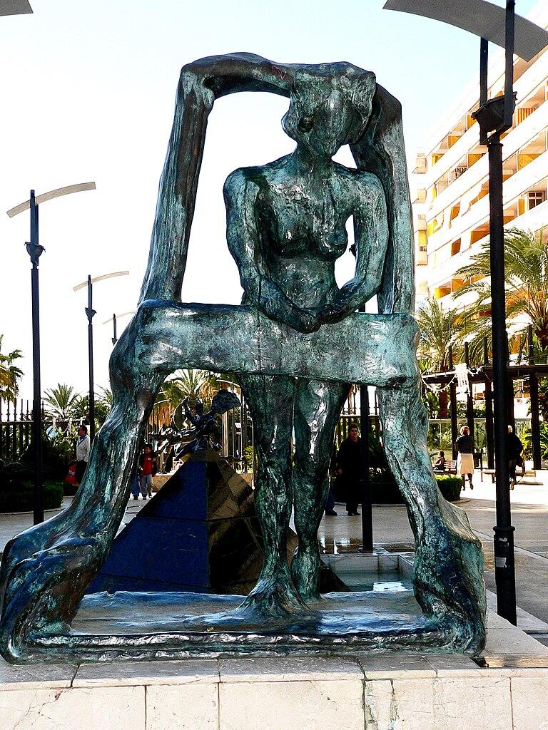 Сальвадора Дали Скульптура Гала в окне