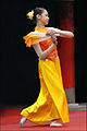 Danseuse dans le Temple de la Littérature (Hanoi) (4353039489).jpg