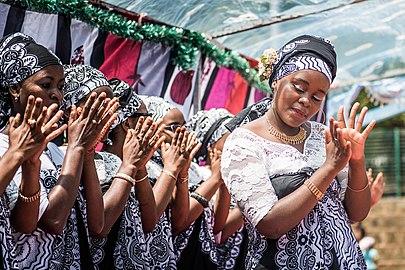 Danseuse de debaa à Mayotte (cropped).jpg