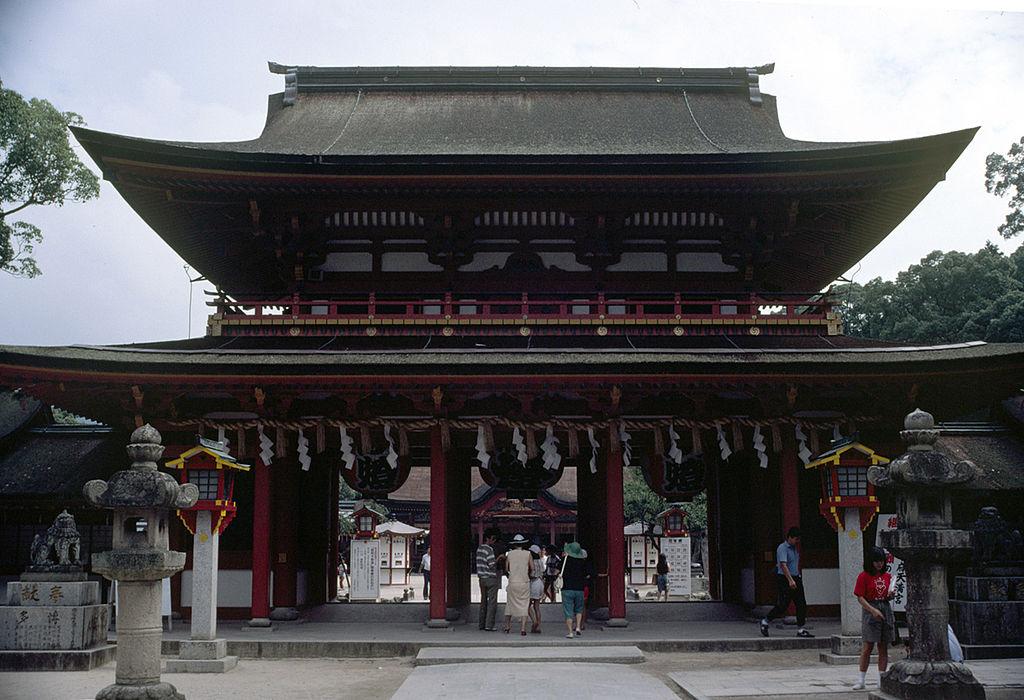 https://upload.wikimedia.org/wikipedia/commons/thumb/9/97/DazaifuTenmangu.jpg/1024px-DazaifuTenmangu.jpg