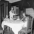 De kinderen van gouverneur Struycken aan het diner. V.l.nr. Thomas, Pia en Huib, Bestanddeelnr 252-2839.jpg