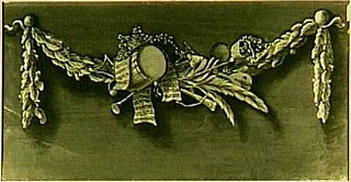 Decoratiestuk met een guirlande met muziekinstrumenten