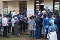 Des rangs formés devant les bureaux de vote par des électeurs qui les ont localisés (31586999567).jpg