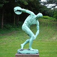 Statue af en diskoskaster, Discobolus, i Botanisk Have i København, der er kopi af en antik statue lavet af Myron ca. 430 f.Kr.