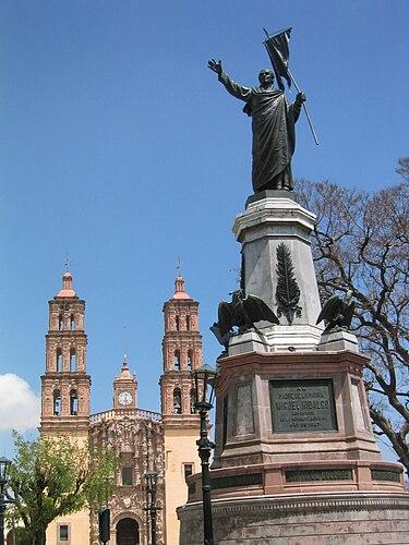 A statue of Miguel Hidalgo y Costilla in front of the church in Dolores Hidalgo, Guanajuato (Wikipedia_