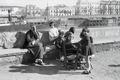 ETH-BIB-Frau und eine Gruppe Kinder am Ufer des Guadalquivir, Sevilla-Nordafrikaflug 1932-LBS MH02-13-0506.tif