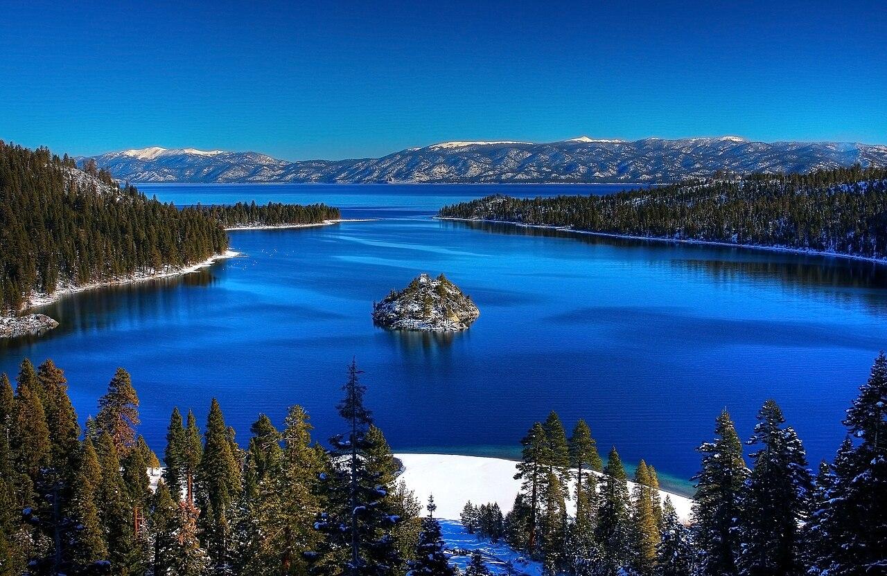 Lago Tahoe, en la frontera entre California y Nevada (Estados Unidos). Este lago aparece insistentemente en la película El Padrino II (1974).