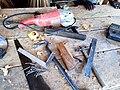 Ensemble d'outils de menuisier sur fond en bois.jpg