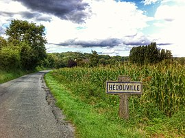 The road entering the village of Hédouville