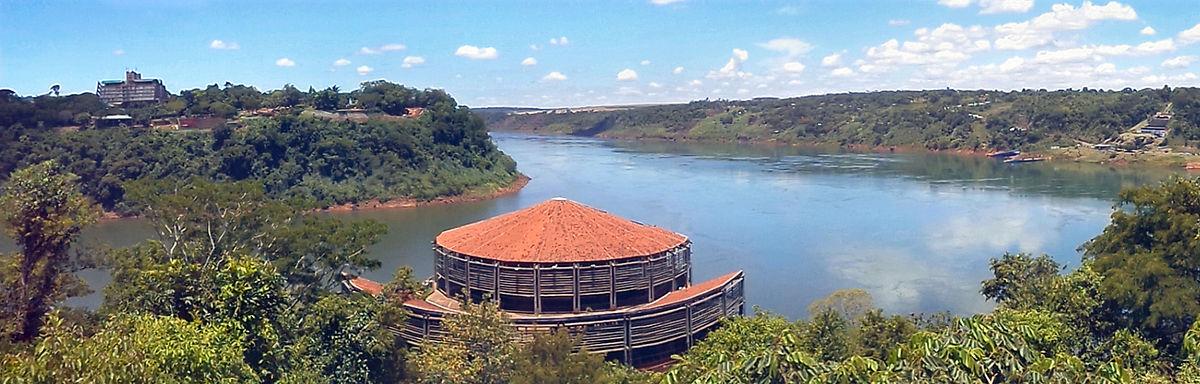 O Espaço das Américas, localizado junto ao Marco das Três Fronteiras: do lado esquerdo, a fronteira com a Argentina (delimitada pelo Rio Iguaçu) e do direito, com o Paraguai (delimitada pelo Rio Paraná)