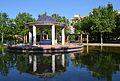Estany i templet del parc d'Orriols, València.JPG