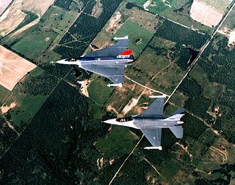 General Dynamics F-16XL - F-16XL and a conventional F-16
