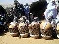 Femmes peulh devant leurs calebasses ornées au Niger.jpg
