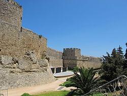 Fosato tra torre d'italia e porta san giovanni, bastione con stemma pierre d'aubusson 00.JPG