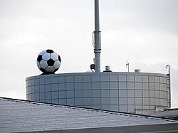 Fodbolden på taget er en ventilationstromme.