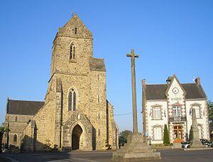 Vue de l'église Saint-Laurent, la croix de 1571 et la mairie.