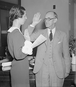 Frank R. McNinch - McNinch takes the oath of office, October 1, 1937, administered by Pansy Wiltshire; photo by Harris & Ewing