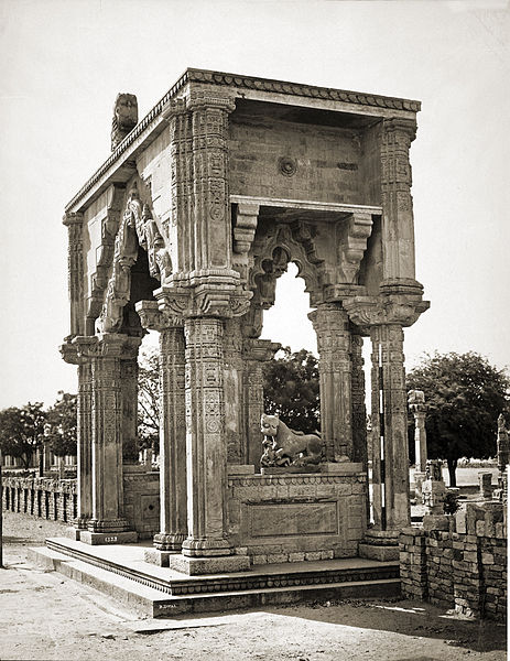 File:Gate of Teki Mandir, Gwalior Fort.jpg