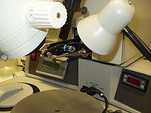 Stazione di saldatura manuale dei sottili fili tra le piazzole del die e i pin del package. Attualmente la procedura è automatizzata