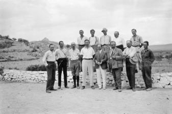 Gruppbild från grävningarna i Asine. Övre raden fr.v - SMVK - C07780.tif