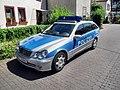 Guntersblum- Alsheimer Straße (bei Rathaus)- Richtung Alsheim- Streifenwagen der Polizei Rheinland-Pfalz (Mercedes-Benz MZ 35662) 17.6.2009.JPG