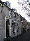 foto van Huis met lage gevel met rechte kroonlijst met opkamer