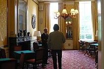 Huis met de trappen -Pieter Biesboer praat met bezoeker.jpg