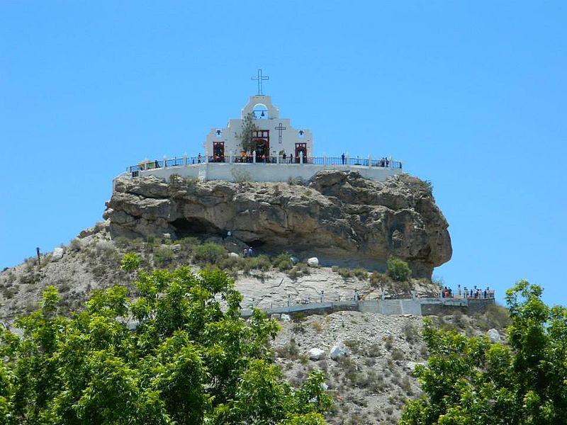 personas observando el paisaje desde la iglesia del santo madero