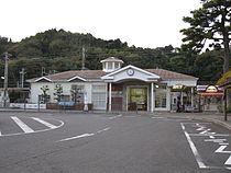 JRCentral-Tokaido-main-line-Mochimune-station-building-20101215.jpg