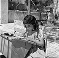Jemenitisch weesmeisje in een schoolbank, Bestanddeelnr 255-0457.jpg