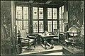 Karl F. Wunder PC 1083 Hannover. Leibnizhaus. Leibnizzimmer. Bildseite mit Mobiliar im Erker, Bleiglasfenstern, (Wand-)Gemälden, Globus, Schädel, Schreibfeder, Buch.jpg