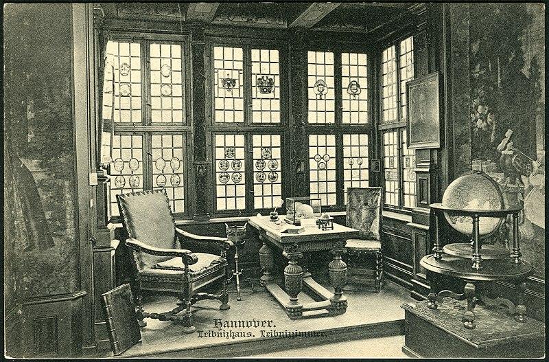 File:Karl F. Wunder PC 1083 Hannover. Leibnizhaus. Leibnizzimmer. Bildseite mit Mobiliar im Erker, Bleiglasfenstern, (Wand-)Gemälden, Globus, Schädel, Schreibfeder, Buch.jpg