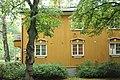 Keltainen talo Puu-Käpylässä syksyllä.jpg
